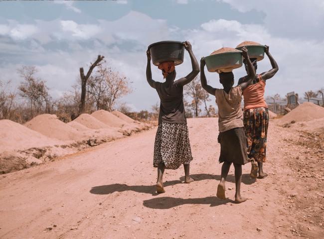 Særlig barn i fattige land rammes av Lockdown begrunnet med Korona. Mange av disse vil dø av sult og feilernæring.