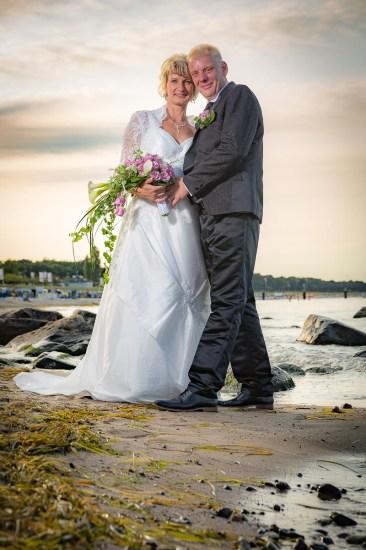 Brautpaar am Starnd in der Dämmerung