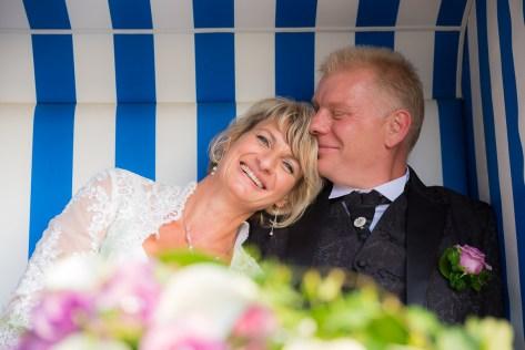 Brautpaar im Strandkorb