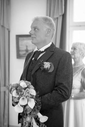 Bräutigam erwartet die Braut vor der Hochzeit