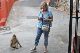 Susanne mit einem Makaken auf dem Affenfelsen (Foto: Rüdiger Hengl)