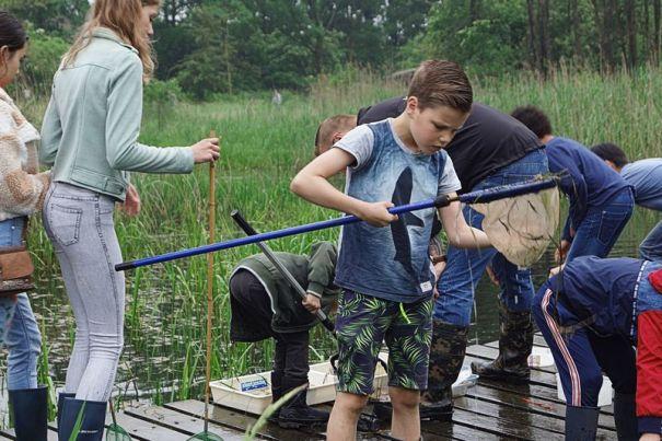 waterscheppen op de houten brug