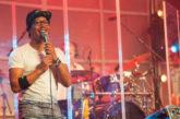 Spreker en zanger Gendro Schijf in de Evangelische Gemeente Eemnes