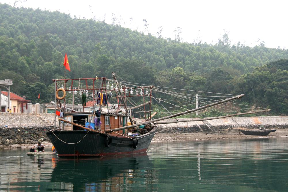Maison flottante à Quan Lan