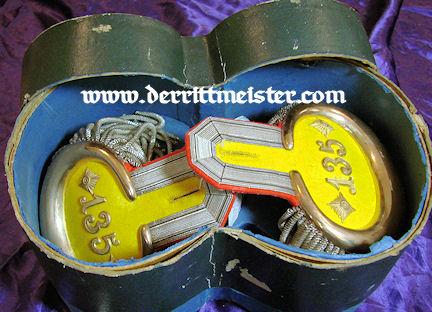 PRUSSIA - EPAULETTES - OBERST/COMMANDING OFFICER - INFANTERIE-REGIMENT Nr 135 - ORIGINAL STORAGE BOX - Imperial German Military Antiques Sale