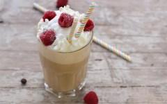 Ricetta del frappè al caffè con panna e lamponi