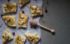 Crostini al gorgonzola e pere caramellate con nocciole e polvere di caffè