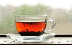 tè rosso cinese in foglie servito in tazza in vetro