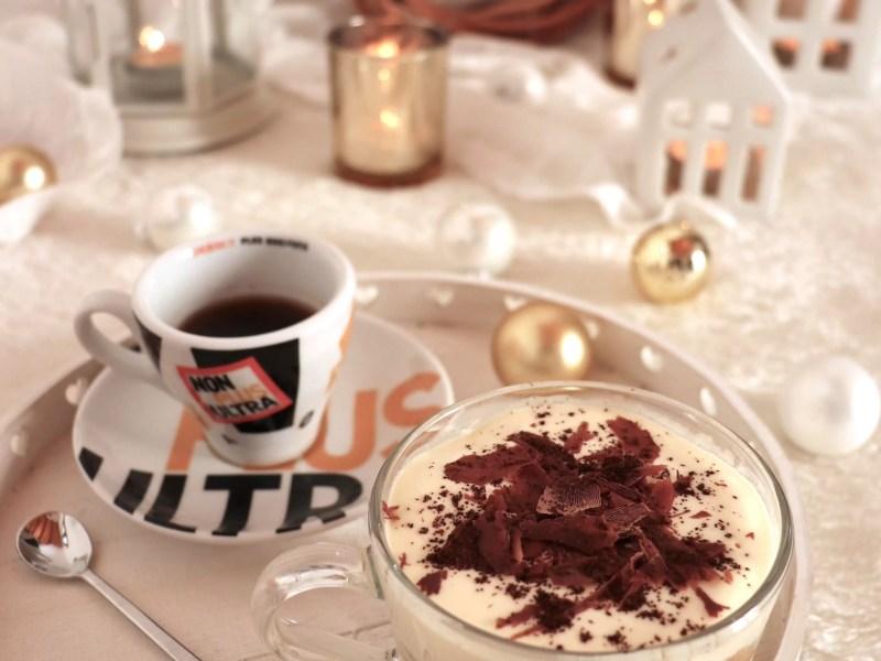 Panettone avanzato in un tiramisù con scaglie di cioccolato fondente