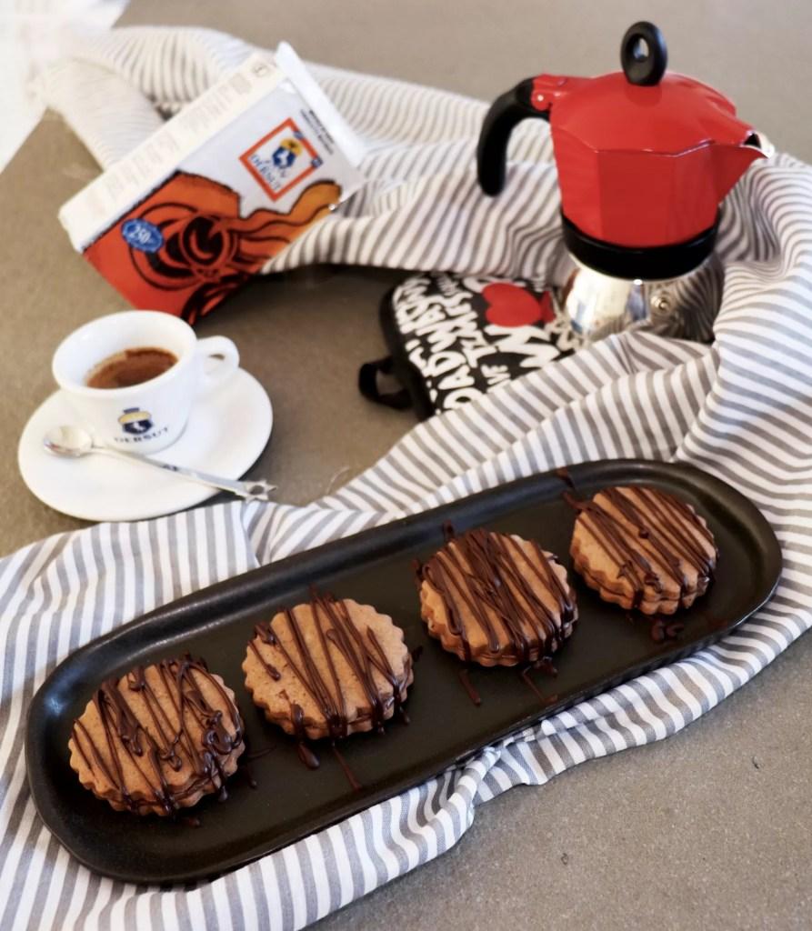 Biscotti al caffè ripieni di crema alle nocciole