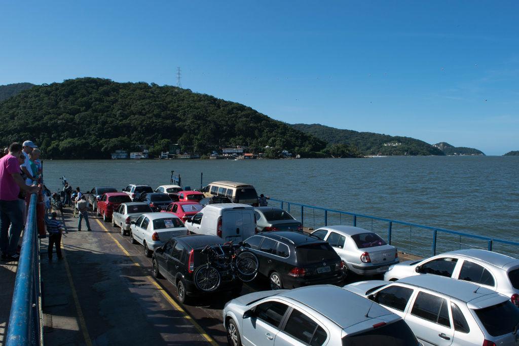 Travessia de Ferry boat entre Guaratuba e Matinhos, Paraná