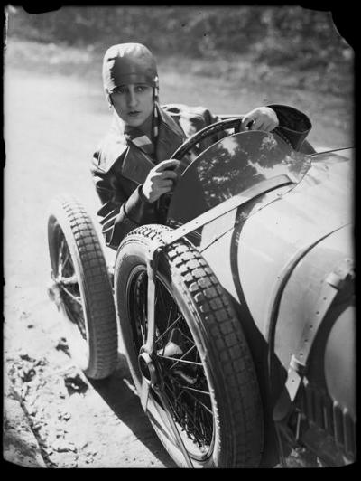 young-woman-driving-a-sports-car-1928-andre-kertesz