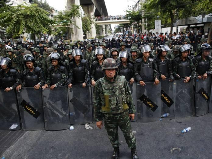 El Ejército bloquea una carretera durante las protestas contra la junta militar el 24 de mayo de 2014, dos días después del golpe de Estado | Reuters