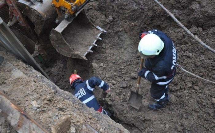 Grav accident de muncă în Drobeta Turnu Severin. Trei angajaţi ai unei firme care lucrau la extinderea reţelei de canalizare au fost îngropaţi de vii sub un mal de pământ.