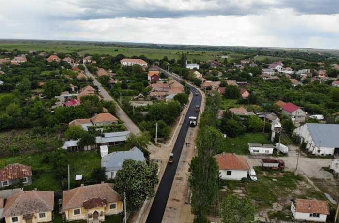Se asfaltează drumul județean dintre comunele Bălăcița și Oprișor!