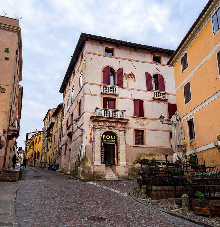 """Cidade histórica italiana, Bassano del Grappa é famosa também pela sua bebida Grappa, uma espécie de """"cachaça italiana"""" feita com bagaço de uva."""
