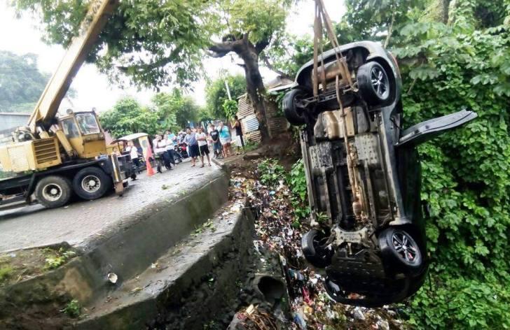 vehiculo cae en abismo