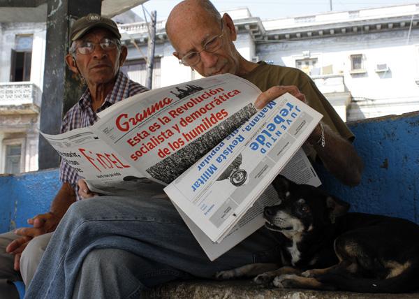 Cubano leyendo la prensa