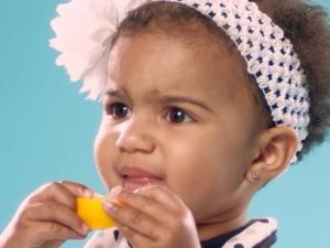 Bebés probando su primer limón