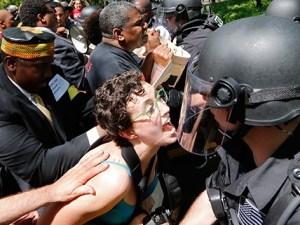 Manifestantes contra McDonald enfrentan policía