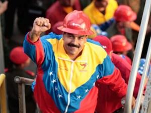 Maduro sube tarima con casco rojo