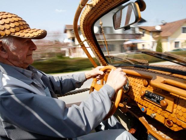 El fanático bosnio no sólo fabricó el auto con piezas de madera. ¡Atención a su gorra! Foto: Infobae