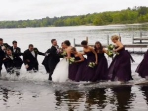 Momento en que cae el muelle y las personas al agua