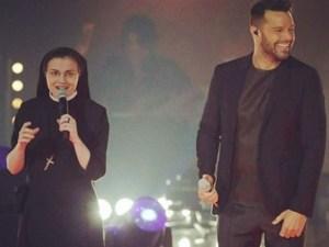 Ricky Martin y Sor Cristina en el escenario de La Voz Italia