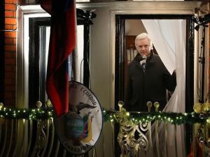 Julian Assange en la ventana de la Embajada de Ecuador