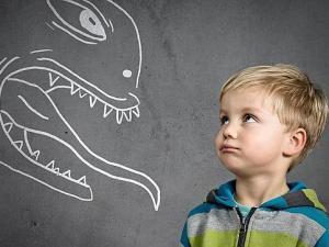 Niño asustado mira un monstruo imaginario
