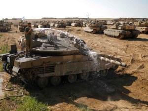 Soldado Israelí lava tanque en frontera con Gaza