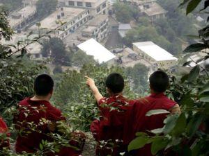 Tibetanos observan accidente