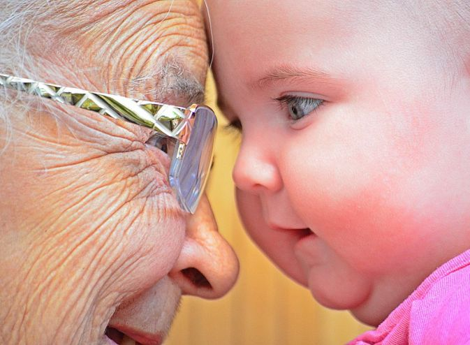 Abuela y bebe cara a cara