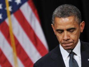Barack Obama rostro apesadumbrado bandera EU detrás