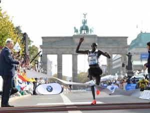 Dennis Kimetto cruzando la puerta de Branderburgo