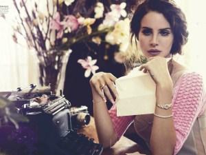 Lana del Rey con flores en una mesa