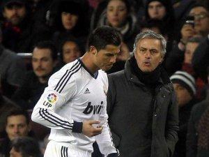 Cristiano y Mourinho en el campo molestos