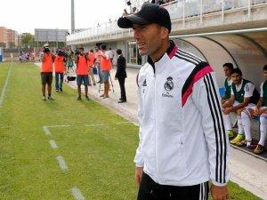 Zinedine Zidane en el campo como entrenador