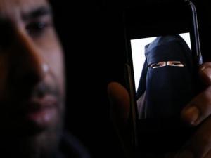 Niña con Niqab en pantalla de celular