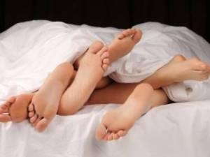 Tres pares de pies en cama