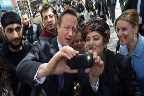 El Primer Ministro británico David Cameron en un recorrido por el noreste de Londres