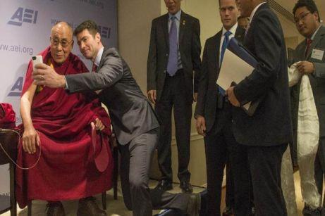 Un espectador con el Dalai Lama en el American Enterprise Institute