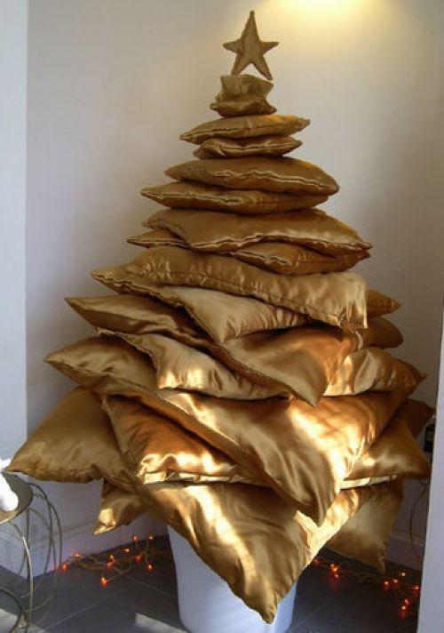 Un árbol de navidad con cojines de varios tamaños, seguro es el más cómodo