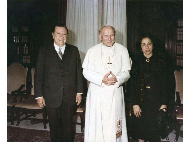 Rafael Caldera, su esposa y Juan Pablo II