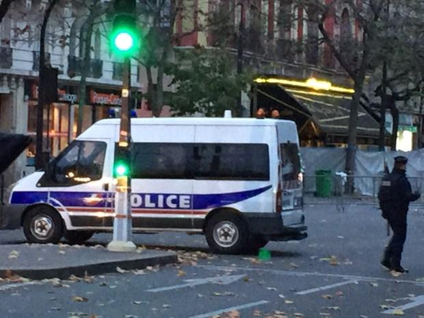 Policía acordona calles frente a Bataclan / Foto Cel: Iñaki.