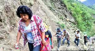 La activista bloquea las carreteras acompañada de la comunidad para impedir el paso a la presa