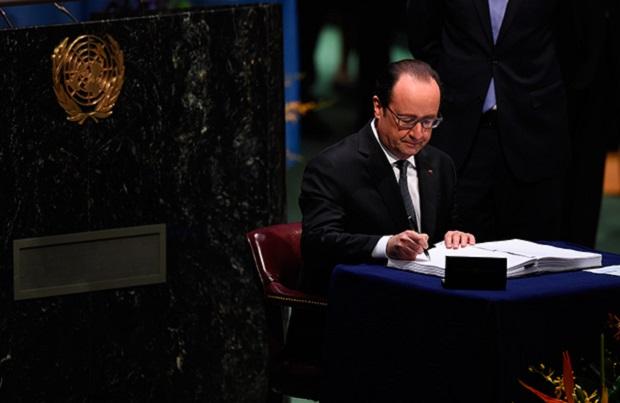 Francois Hollande, Presidente de Francia firma el Acuerdo sobre el Cambio Climático