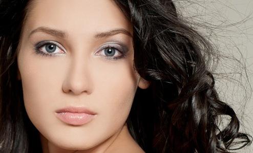 mujer-maquilla-solo-sus-ojos