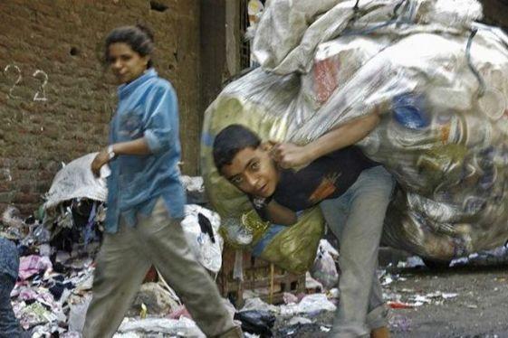 EGY. Egypt. Ein Muellsammler mit seiner taeglichen Ausbeute