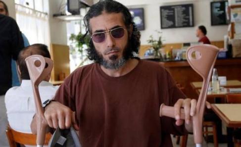 Jiad Ahmad Diyab-en muletas